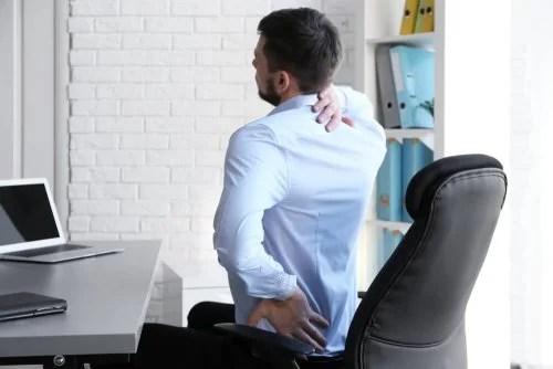 Homem com dor nas costas no escritório