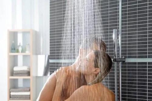 Casal tomando banho junto