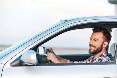 Homem atento ao dirigir