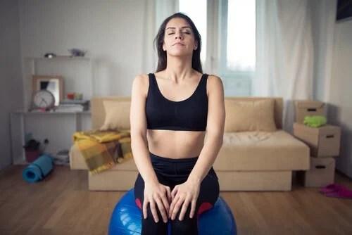 Mulher praticando respiração profunda