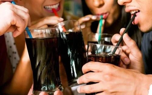refrigerantes-1-500x315 5 formas naturais de prevenir a incontinência urinária