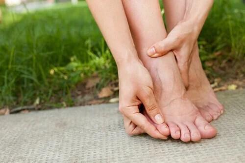 Pessoa olhando para as unhas dos pés