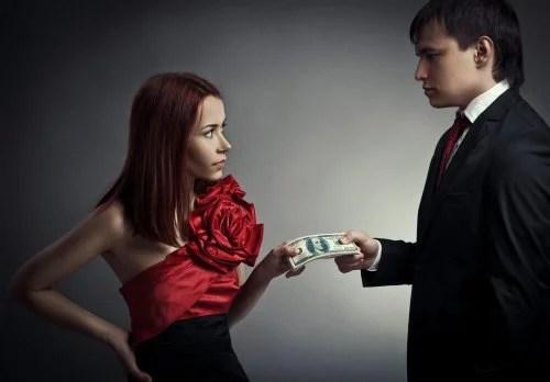Homem dando dinheiro para a mulher