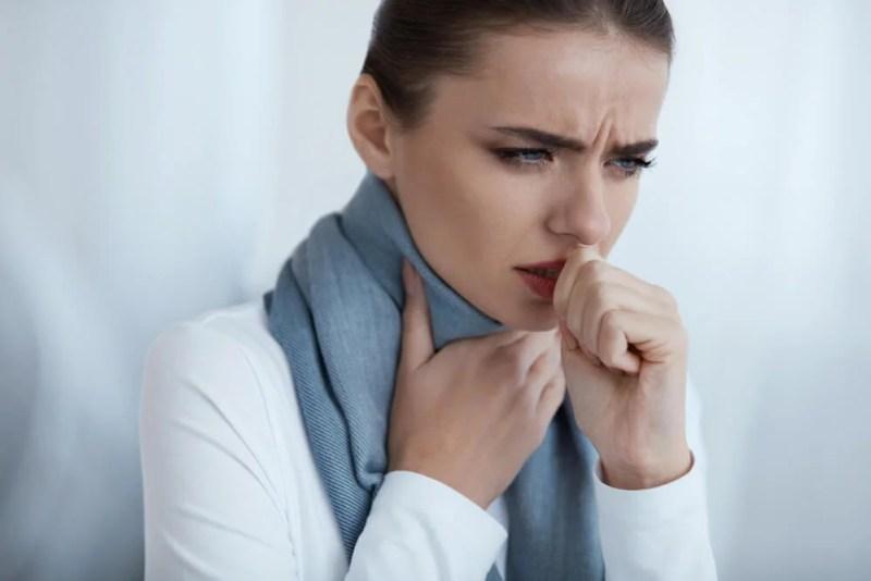 Mulher rouca com dor de garganta