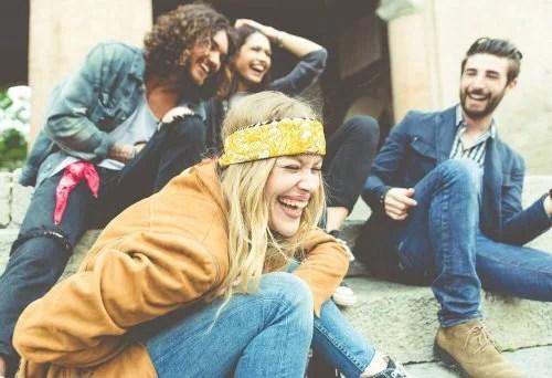 Pessoas controlando o estresse com piadas