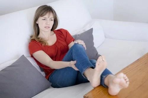 Mulher com dor nas extremidades