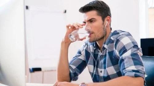 homem-bebendo-agua-500x281 Detectar a diabetes com 7 pistas