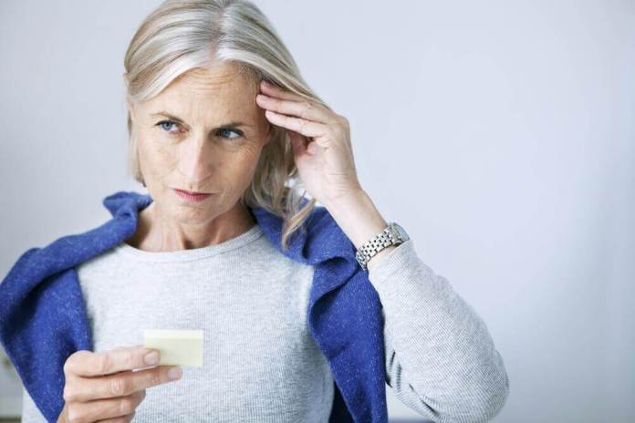 Mulher sofrendo com problemas de memória