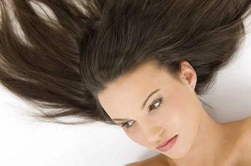 mulher-cabelos-saudaveis-1 9 truques para lavar o cabelo com menos frequência