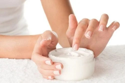 Cremes também podem conter componentes tóxicos dos cosméticos que podem fazer mal à pele