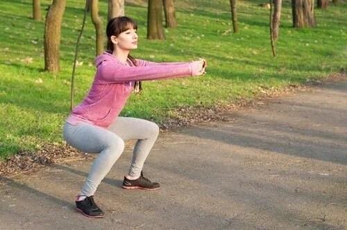 agachamentos-500x332 Aprenda a melhorar sua postura seguindo esses simples passos