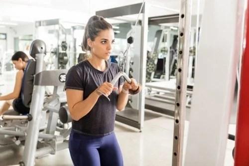 mulher-fazendo-exercicios-bracos-500x333 Exercícios para fortalecer o tríceps
