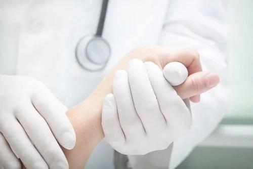 Médico tratando paciente com câncer