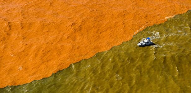 Lama de barragem de mineração muda a cor do mar do Espírito Santo, na região do distrito de Regência, em Linhares