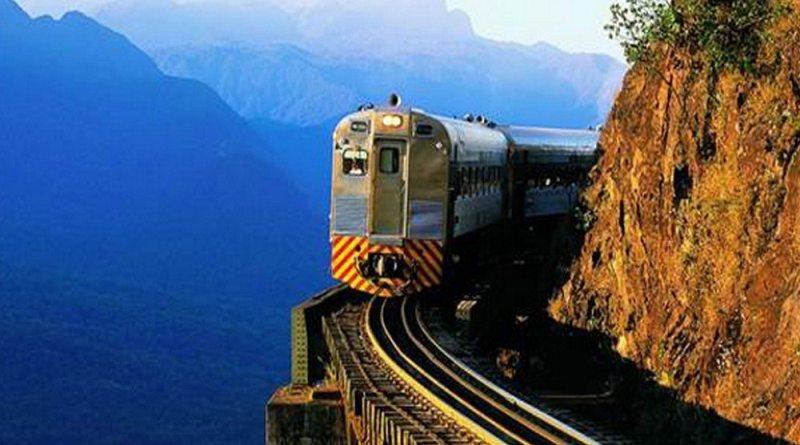 Trem que passa no meio da Mata Atlântica do Paraná
