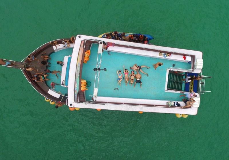 vista aérea de escuna em arraial do cabo