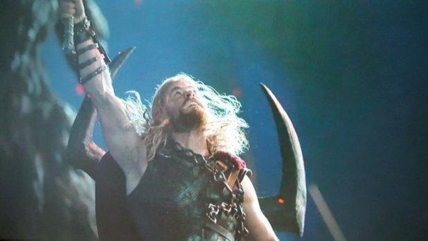 Thor com cabeça de Surtur (Thor: Ragnarok)