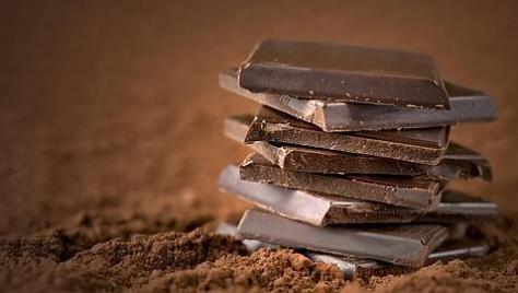 Chocolate negro contém cafeína, teobromina e menos açucar que o chocolate normal