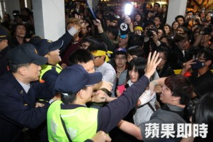 taiwanese-students-occupy-legislative-yuan-protest-cross-strait-service-trade-pact-04