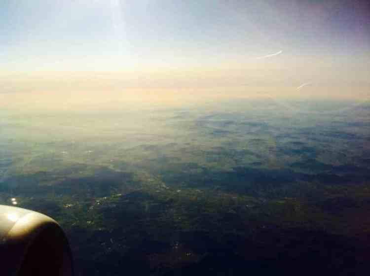 Uitzicht vanuit het vliegtuig naar onze huwelijks bestemming