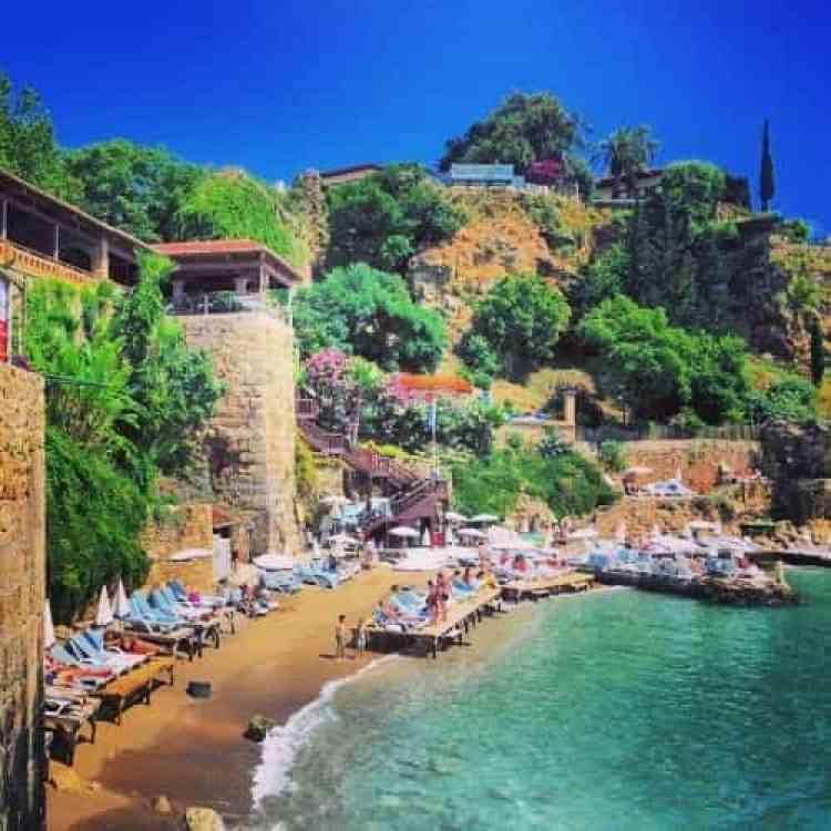 Restaurant aan de haven van Antalya met ligplaatsen