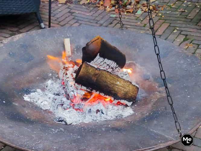 Vuurkorf schalen met brandend hout