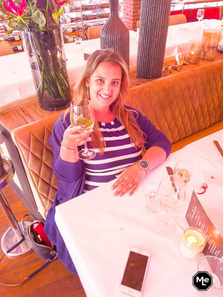 aan de gin tonic in The Harbour Club