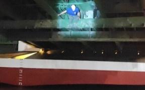 La Guardia Civil rescata en el puerto a dos migrantes en la rampa de vehículos de un barco
