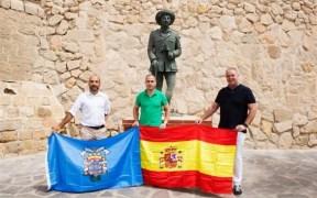 Jesús Delgado Aboy con la estatua de franco