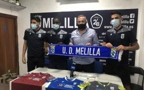 Los tres jugadores posan con el presidente del club y las nuevas equipaciones del equipo.