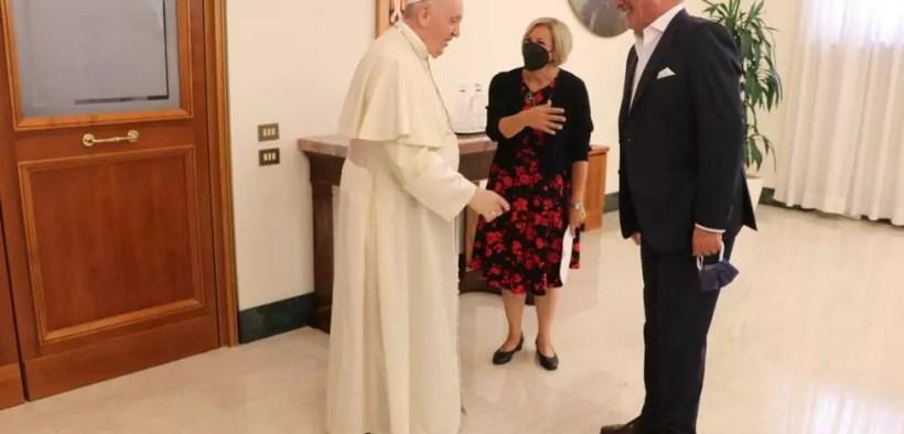 El papa y Herrera se saludan