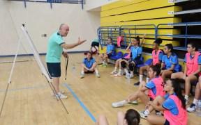 Maca, dando instrucciones a sus jugadoras durante un entrenamiento