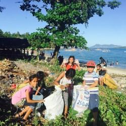 pickigng up basura in tanza (1)