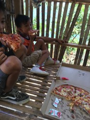 kids eat pizza2
