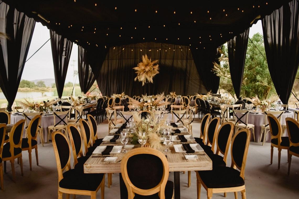 Decoración para boda en color negro y hierbas de pampa