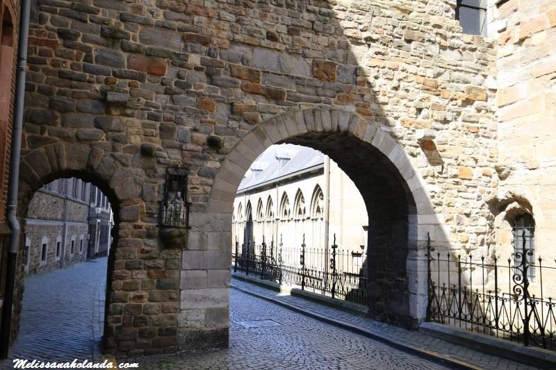 Rua lateral da Basílica São Servácio