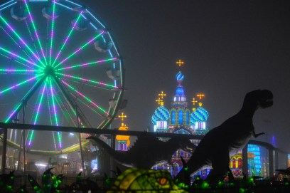 Global Winter Wonderland, a place where old friends can ride a Ferris wheel and visit Saint Basil's Cathedral together. Photo Alejandro Montaño.