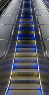 Stadshagen tunnelbanestation, rulltrappa lyser gult och blått