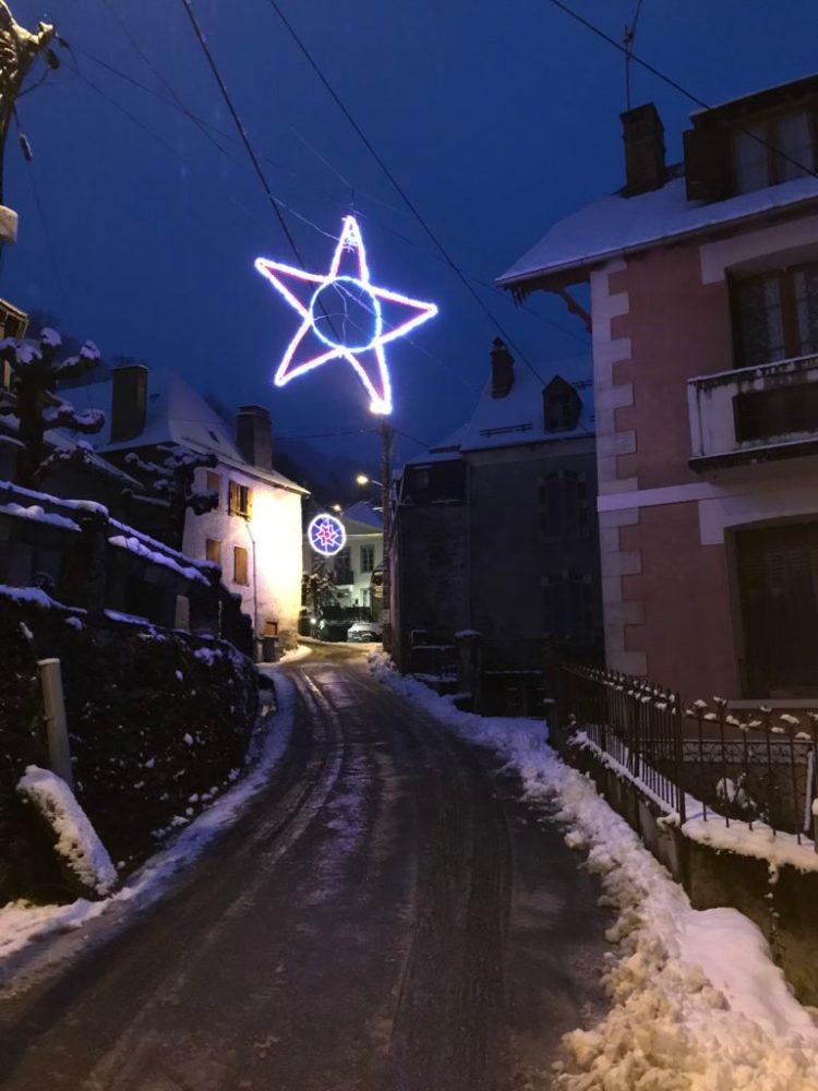 Vers la mairie de Melles sous la neige