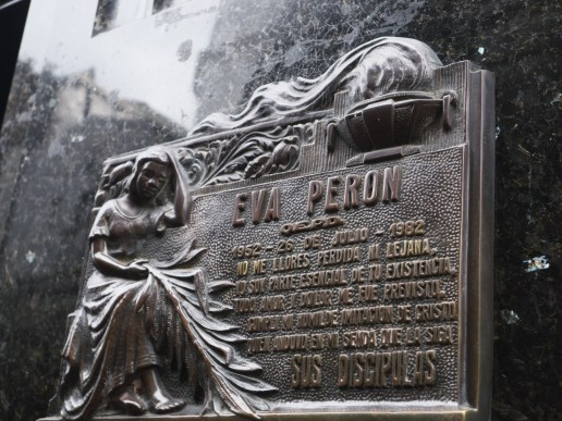 Plaque sur la tombe d'Evita