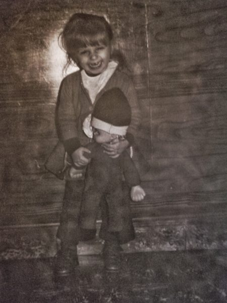 Mini-moi, à presque quatre ans, avec mon cadeau de Saint-Nicolas