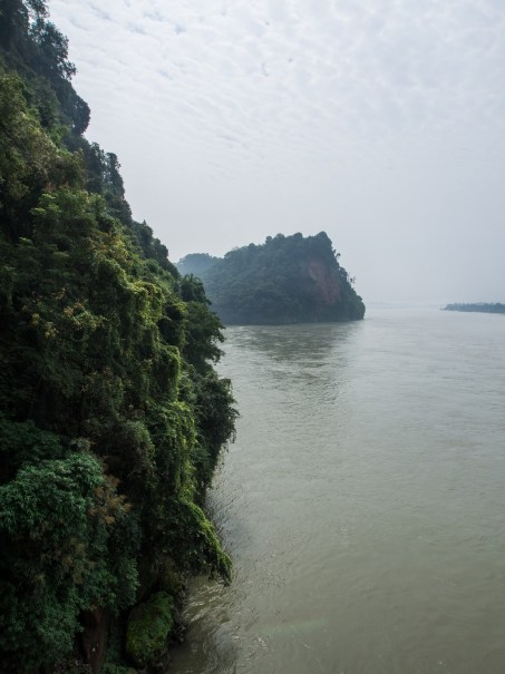 Vue sur la rivière pour accéder aux tombes de Mahao