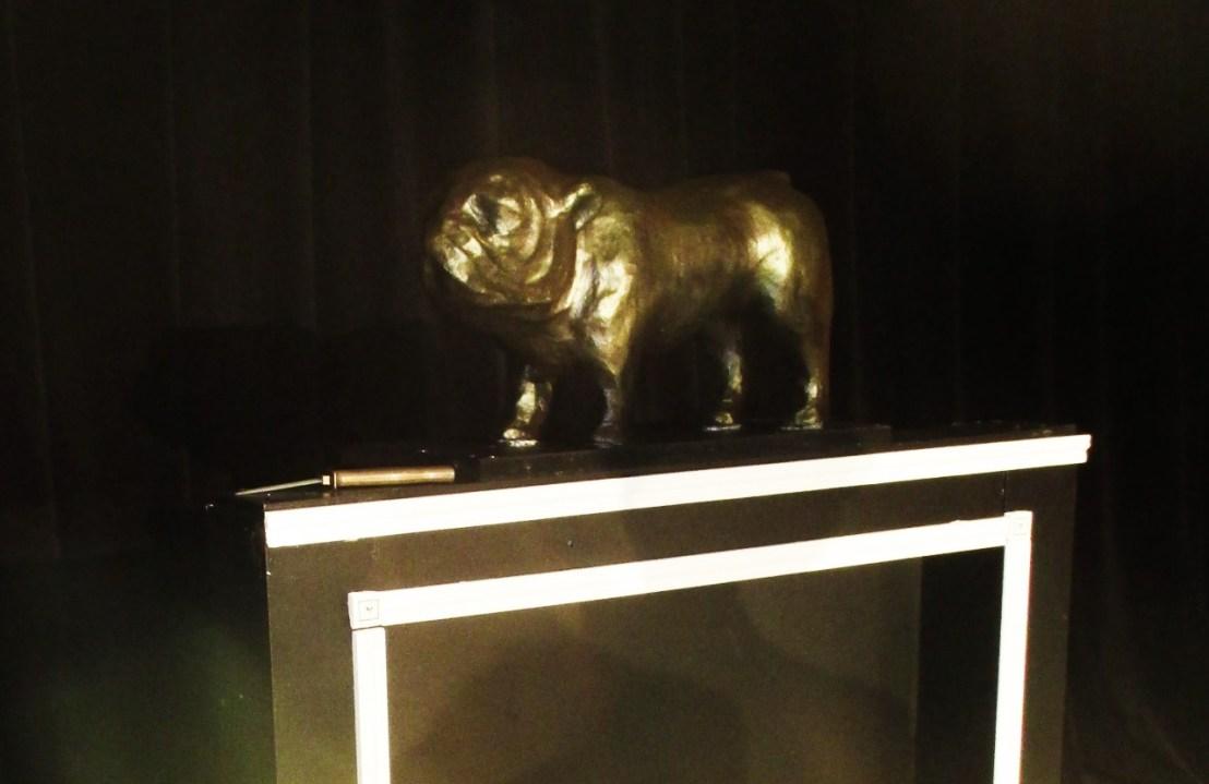 Scénographe théâtre Huis Clos, chien en faux bronze, Assilem décors, scénographe Bordeaux, peintre en décor, peinture décorative