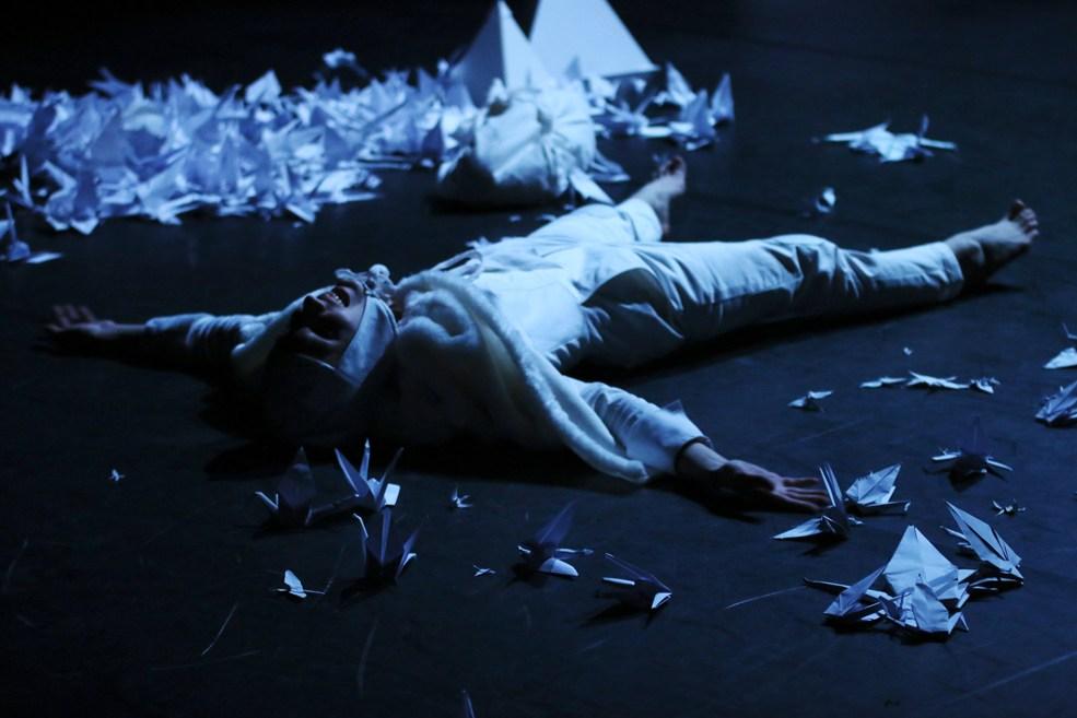 Scénographe théâtre Les Couleurs de l'Oiseau Blanc, Tomec sur la terre, Assilem décors, scénographe Bordeaux, peintre en décor, peinture décorative