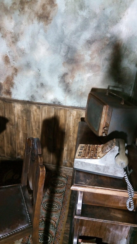 Décors escape game pour donner l'illusion d'une maison abandonnée dans le style des années 1960. Peinture, vieillissement, effets érosion, salissure, rouille, pose des lambris, recherche de mobilier et accessoires. Assilem décors, peintre en décor Bordeaux, décoration intérieure, peintre décorateur