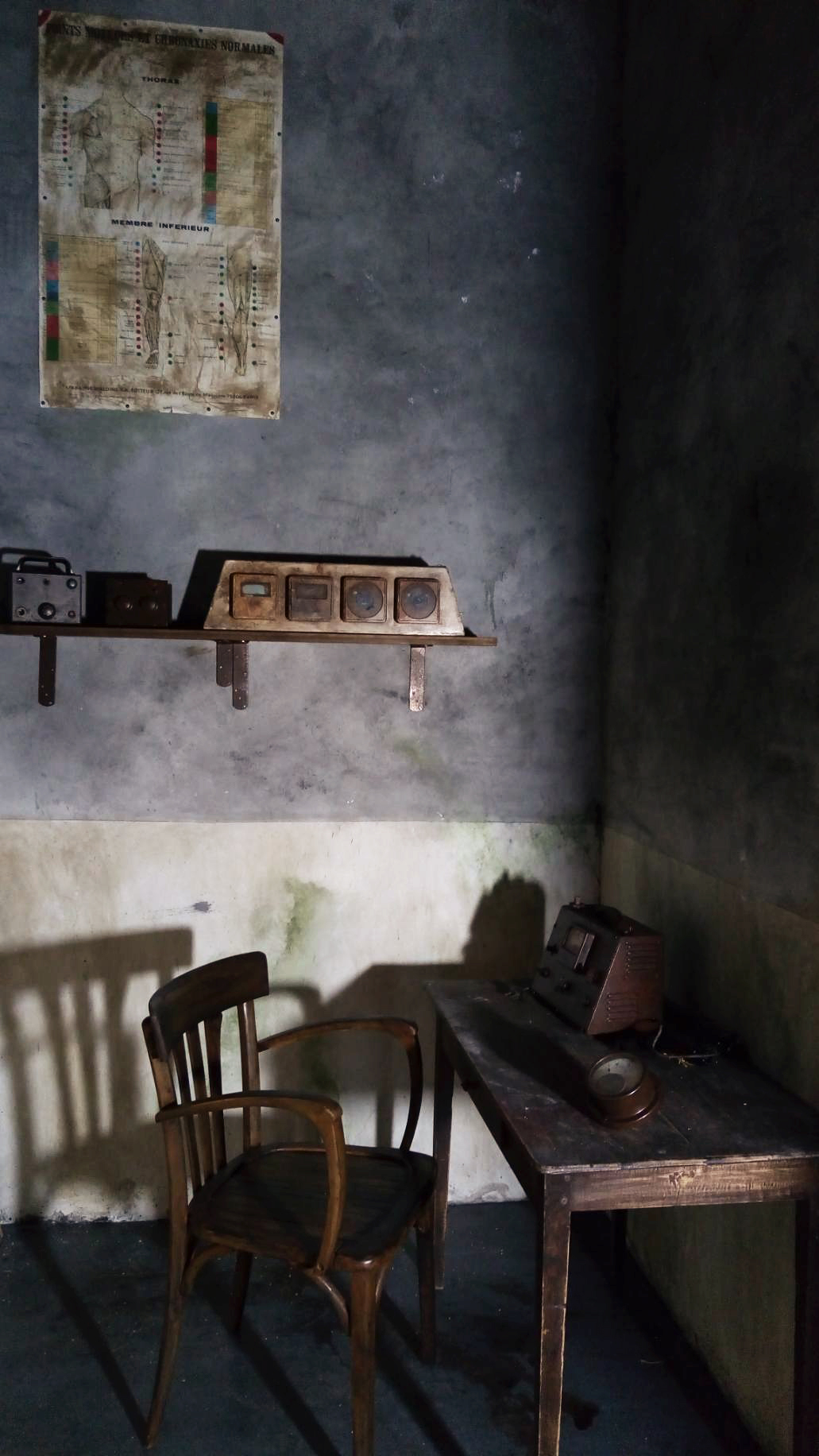 Décors escape game cave effrayante, scénographe peintre en décors Bordeaux
