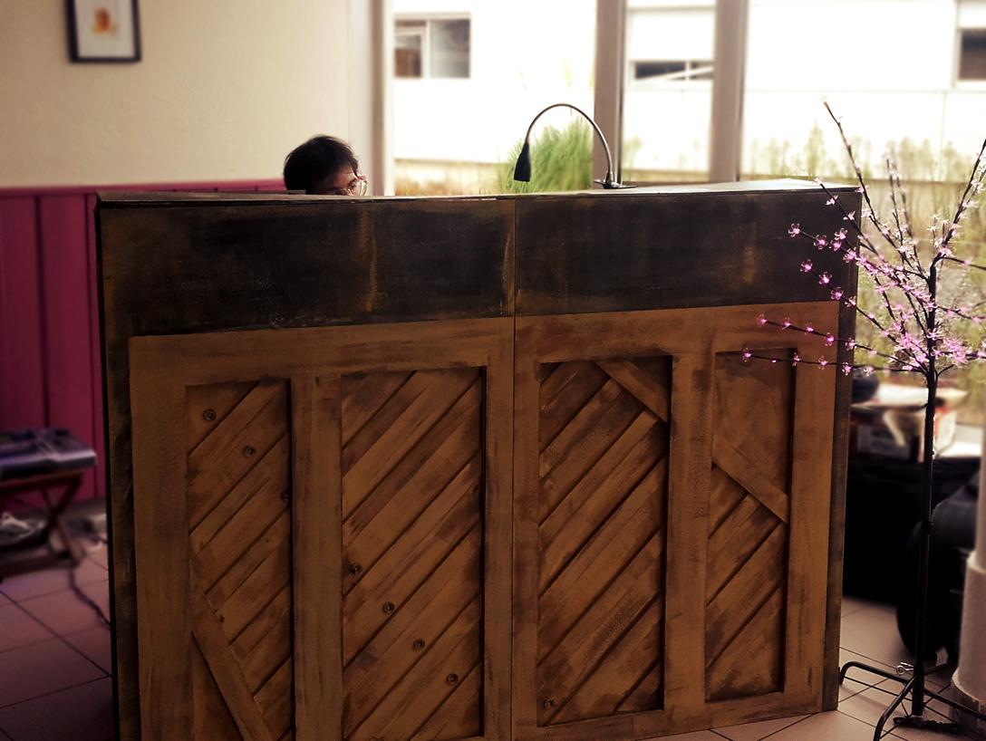 Décor pour piano électrique façon vieux piano de saloon, peintre en décor scénographe Bordeaux
