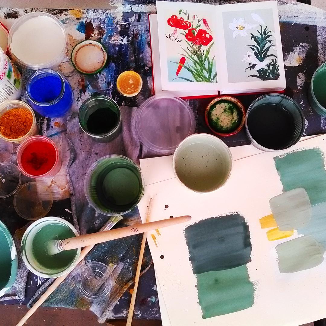Recherche de teintes pour décors à la peinture à la caséine, technique ancienne, inspiration estampe japonaise. Assilem Décors peintre en décor Bordeaux, décoration intérieure.