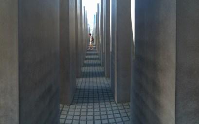 Persona paseando por el monumento memorial holocausto Berlín