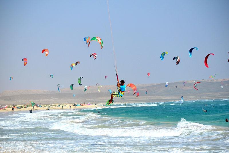 Casi un centenar de cometas de kitesurf volando en Kite Beach, Sal, Cabo Verde